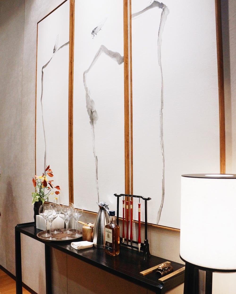 """dining room setting 墙画""""汀蝉""""是由GN栖城董事沈利江创作。包间除了用餐区域外也安排了沙发桌椅供客人聊天娱乐用"""