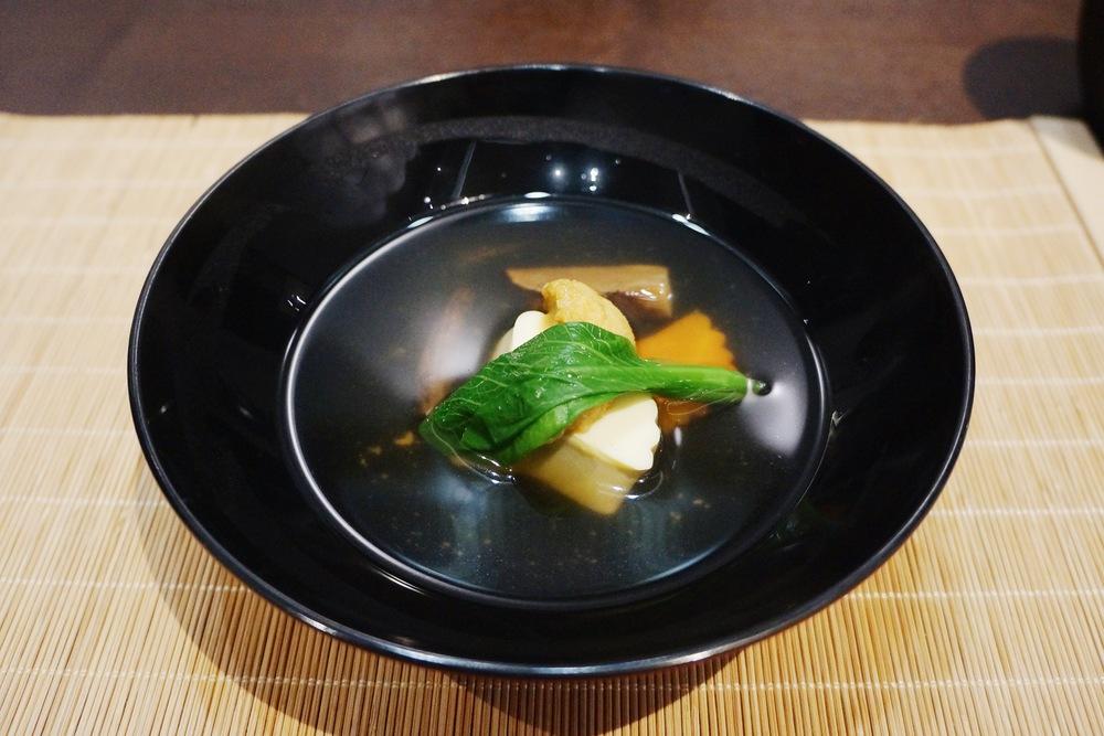 吸物:松茸玉子海胆豆腐 值得一提的是这是来自大连的海胆,居然和在Kusakabe吃的北海道海胆有的一拼,很甜!7,8月份也是吃松茸最佳的季节