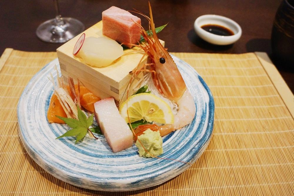 刺身:蓝鳍金枪鱼大脂(bluefin tuna o-toro), 牡丹虾,大竹荚鱼大脂(Aji belly), 三文鱼,北海道扇贝 个个都很赞,都是Kusakabe水平