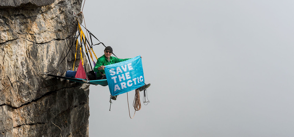 Sportsman and mountain guide Thomas Ulrich shows his support for the Arctic, by climbing a cliff of the Swiss mountain Schilthorn. © Valentin Luthiger / Greenpeace