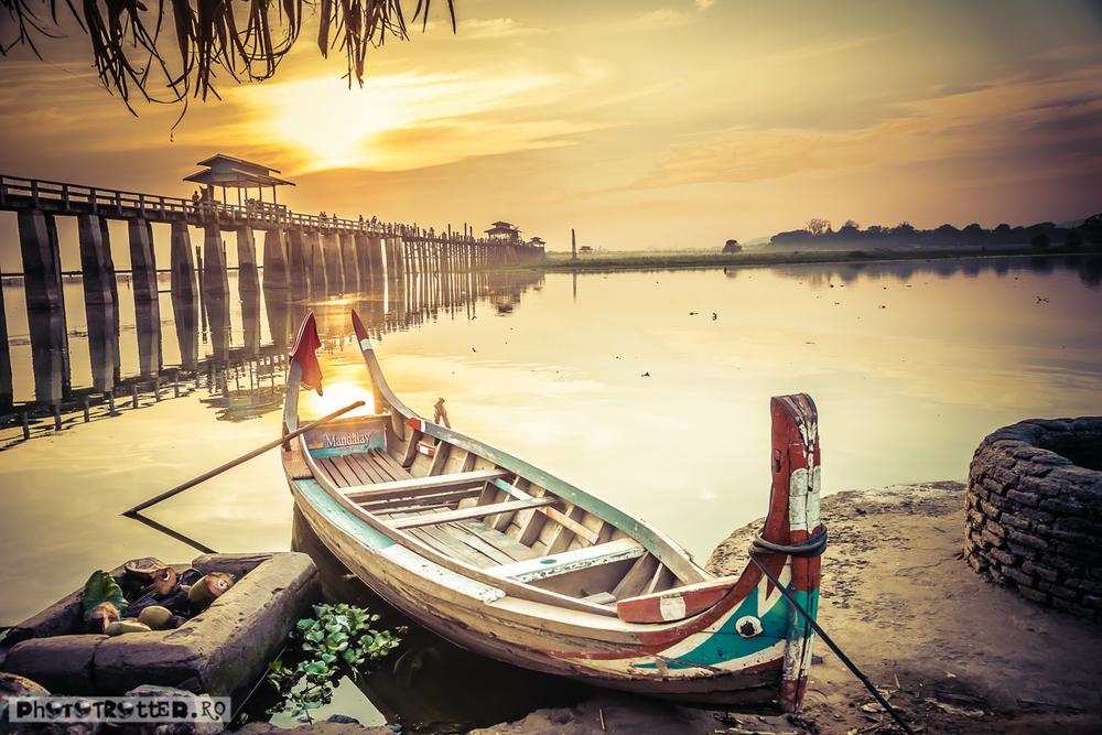 Apus pe lacul Taungthaman, lângă Mandalay, cu podul U Bein in fundal