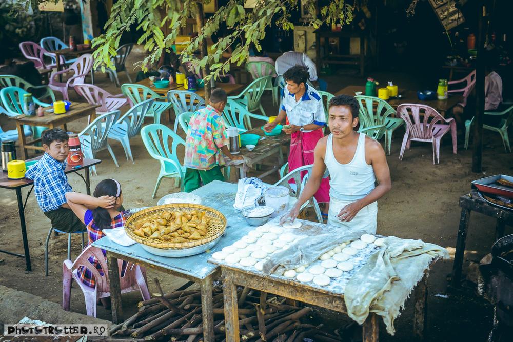 Varianta 'open air' la 'hole in the wall'-ul asiatic. Aspectul lor constant insalubru ne-a făcut să mâncăm o zi întreagă în Mandalay doar banane și biscuiți.