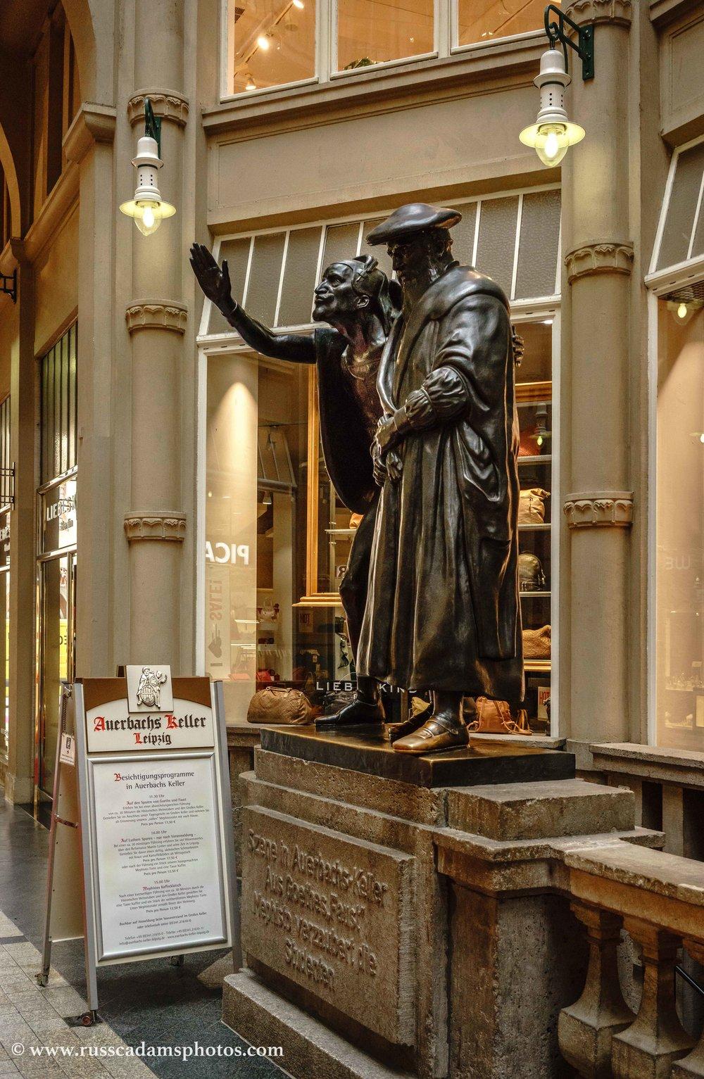 Faust und Mephisto vor Auerbachs Keller in Leipzig.