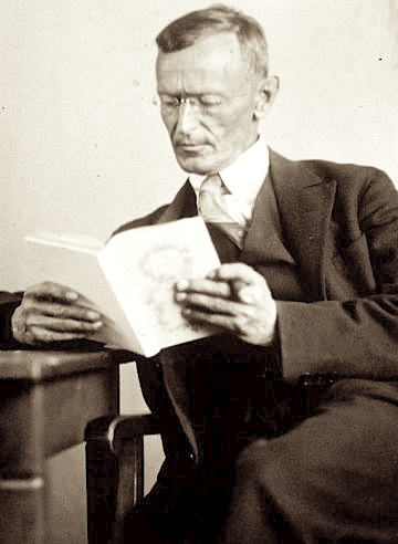 Photograph by Gret Widmann (†1931) [Public domain], via Wikimedia Commons  Quelle : https://upload.wikimedia.org/wikipedia/commons/c/c1/Hermann_Hesse_1927_Photo_Gret_Widmann.jpg