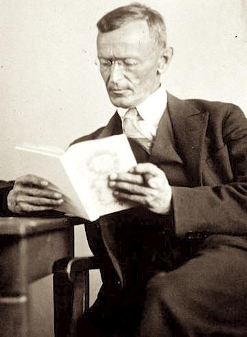 Photograph by Gret Widmann (†1931) [Public domain], via Wikimedia Commons  Quelle : https://upload.wikimedia.org/wikipedia/commons/c/c1/Hermann_Hesse_1927_Photo_Gret_Widmann.jpg