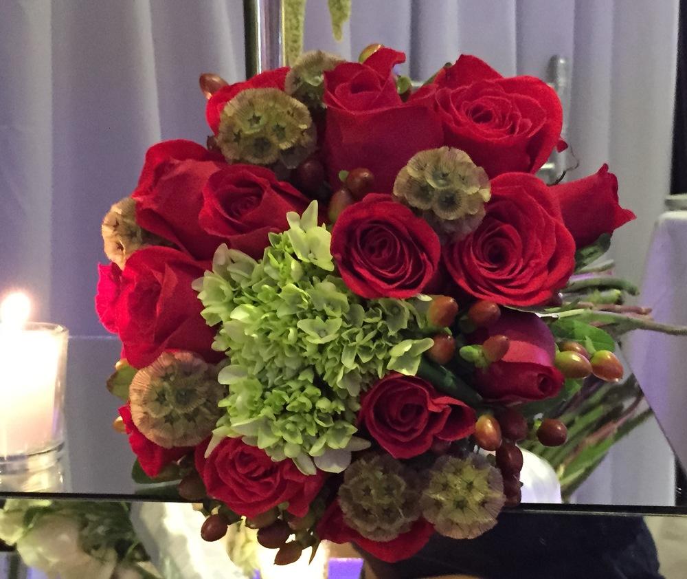 Ramo Rosas rojas y escabriosa.JPG
