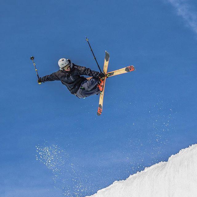 Wie in den #Stories gewünscht nun das erste #Ski Bild aus #Laax in der Super #Pipe.  Wer traut sich in der #Halfpipe zu fahren? 😎🎿 Lasst mal hören: lieber Ski oder Snowboard? 🏂⛷ . . #Laax #Halfpipe #Skifahren #Snowboarden #Pipe #Superpipe #Springen #Jump #Slopestyle #Schweiz #Österreich #Winter #Schnee #Snow #Freeride #Skipiste #Boarden #skiingtime #skiinglife #skiingtrip #skiingislife #lifetime #nofriendsonpowderdays #felixklingpictures
