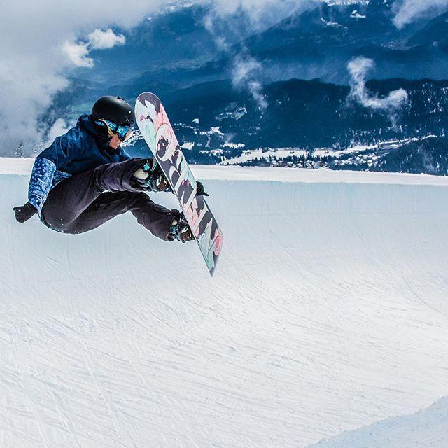 Weils gestern so schön war gibts heute ein #Snowboard Bild! 🏂❄️🤙 Ein geiler Tag im Snowpark in Laax war das 😄 Morgens totaler Nebel, Nachmittags Sonnenbrand 😜 Schaut auch mal bei der lieben @melinamerkhoffer im Profil vorbei!  #Laax #Halfpipe #Skifahren #Snowboarden #Pipe #Superpipe #Slopestyle #Schweiz #Österreich #Winter #Snow #Freeride #Boarden #skiingtime  #skiingtrip #skiingislife #lifetime #nofriendsonpowderdays #love #instagood #happy #throwback #mountains #outdoor #travel #travelgram #Berge #landscape #felixklingpictures
