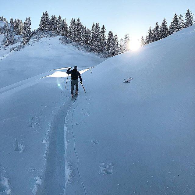 Der Sonne entgegen! ☀️ Sonntags nochmal schön relaxen und dann gehts morgen wieder weiter! Was habt Ihr euch für die kommende Woche vorgenommen? Ich freu mich schon auf den nächsten Lauf mit @werunfrankfurt am Mittwoch! ⛷👌💪 #Laufen #Skitour #Skifahren #Winter #Snow #Joggen #werunfrankfurt #goforit #mainhatten #Sport #Outdoor #nofriendsonpowderdays #felixklingpictures