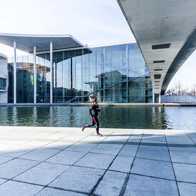Mit -10 Grad ein bisschen kalt, dafür aber schönster Sonnenschein! ☀️ Sport Fotoshooting mit der @__fitlifeofsusi__ in Berlin! Was ein genialer Vormittag. Quick and easy, keine Zeit verlieren, ein Bild Jagd das nächste. Bei den Temperaturen freut man sich über jeden Sonnenstrahl und der warme Kaffee danach war wohlverdient 💪😬🏃♀️#Laufen #Joggen #running #laufenverbindet #felixklingpictures