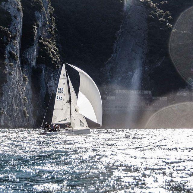 Halsen, Halsen, Halsen! Am letzten Trainingstag standen noch mal #Manöver auf dem Plan. Viiieele Wenden und Halsen, den Gardasee rauf und runter. 💪 Dank Sonnenschein und bestem Wind aber mit viel Spaß und guter Laune verbunden! ☀️🤙 #gardasee #lago #sailing #segeln #training #j70 #bundesliga #segelbundesliga #ligafeeling #lsc #lindau #team #strong #trainhardorgohome #felixklingpictures