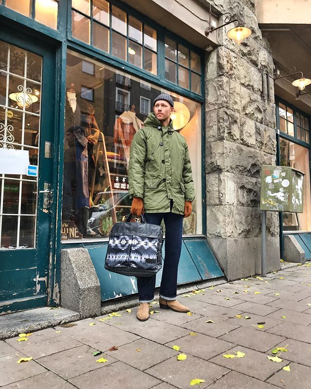Wednesday outfit pick!🍁🍂🌾 • Grey knitted beanie #amandachristensen • Reversible downjacket with complementing liner jacket. #Spiewak • Cinch back jeans #mrfreedom • Suede gloves #amandachristensen • Nylon bag with Navajo print #pendleton • Light brown suede boots #everydayheroes