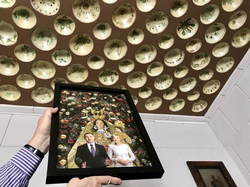 Para Prezydencka podziwia ręcznie malowane miski huculskie... na suficie. Ah, ta wspaniała polska fantazja.