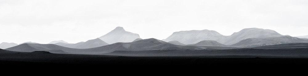 Silhouette di vulcani nel deserto lavico