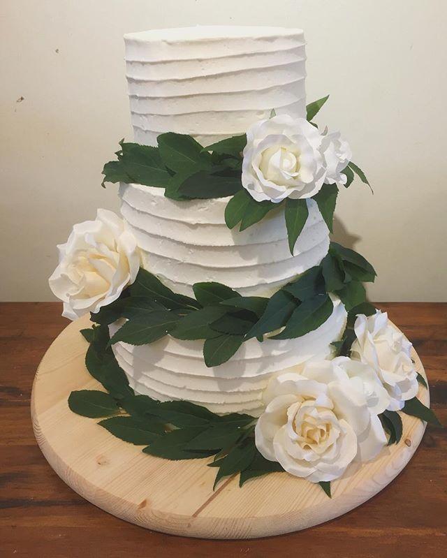 Nice and simple 💕  #weddingcake #angelcakeTO #floralcake #wedding #toronto #torontowedding