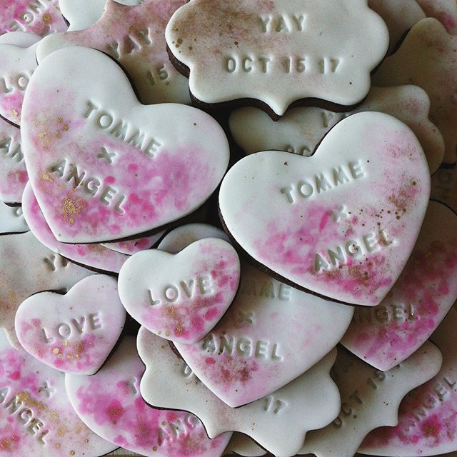 Custom cookies are the perfect edible favour for any event or party! Give your guests a favour they're guaranteed to love. The only thing we can't guarantee is that they'll survive the ride home 😋🍪😛 #wedding #torontowedding #bridalshower #partyfavors #customcookies #cookies #sugarcookies