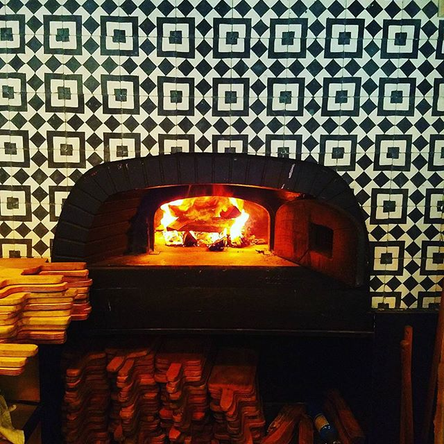 Getting fired up for Saturday night #woodfiredpizza #hamptons #mobysny