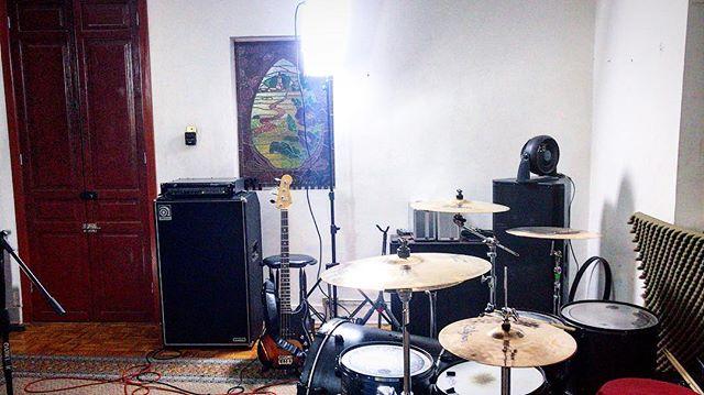 Y ahora que estarán tramando los Audionautas?? 🤔❓ #audionautas #drums #drummer #drumsdaily #groove #proudlymexican #zildjian #zildjianfamily #zildjiancymbals #remo #teamremo #mapex #vicfirth #fender #ampeg #precisionbass #svt3pro #fenderlatino #americandeluxe #bassporn #bassist #elbunker #studio #studiotime #no1cares #radtimes #rad #trend #trendy #musicianslife