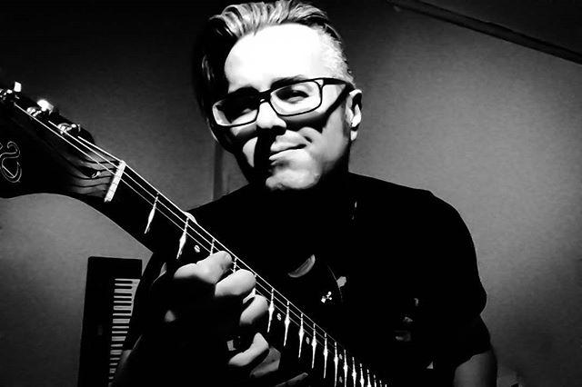 Happy holidays friends & strangers !! Mas vale tarde así que felices fiestas !! Yo a practicar que tocamos en un mes con @thedragulas para arrancar el 2018, ROCK !! #FelizNavidad #MerryChristmas #musician #guitar #suhr #suhrguitars #musicianslife #instagood #practice #mood #instamood #instagood #selfie #guy #Audionautas #blackandwhite #photooftheday #guitarra #guitarrista