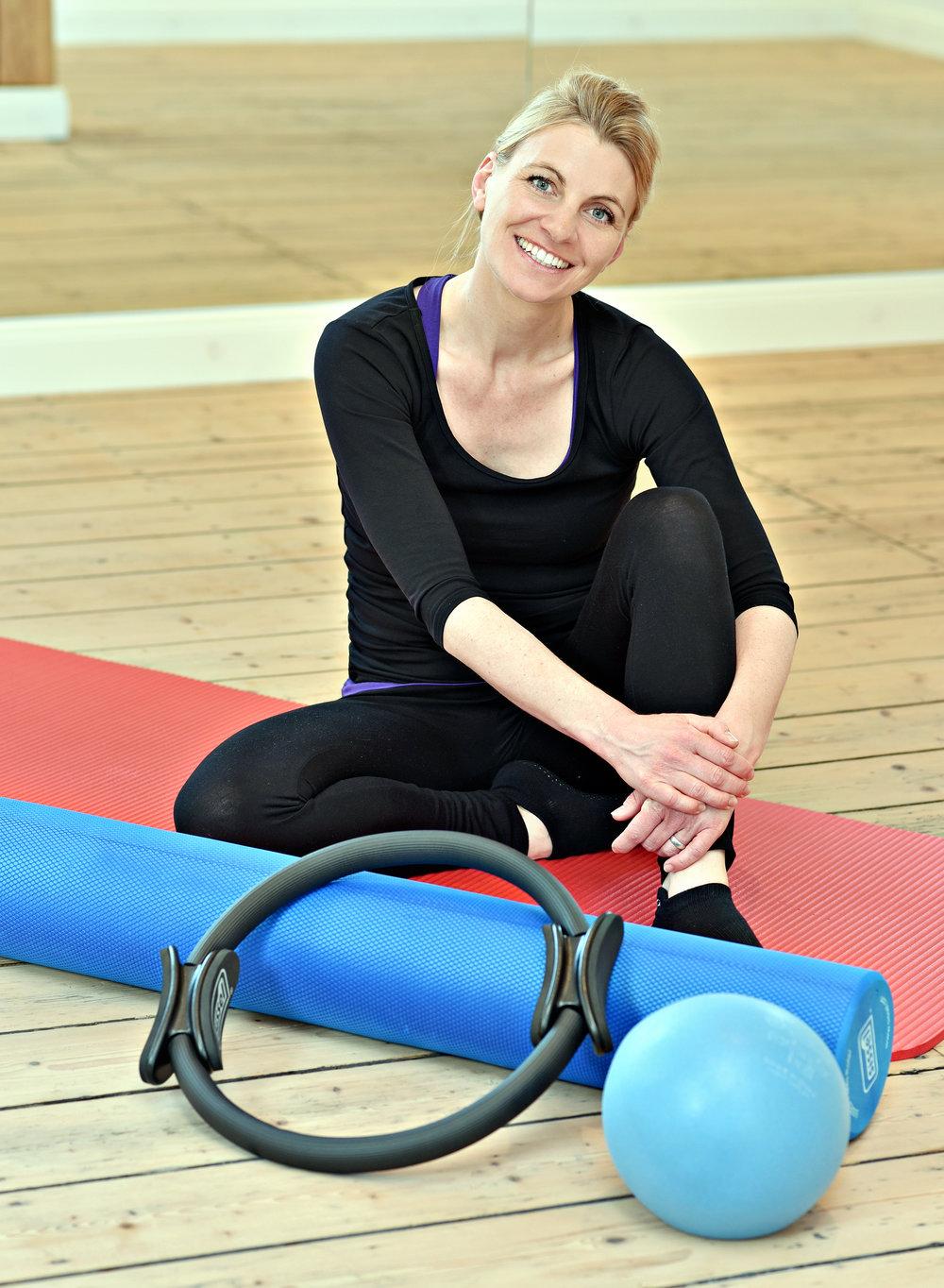 Caroline Barra - staatlich anerkannte Tanz-, Sport- und GymnastikpädagoginZertifizierte Pilates Body Motion LehrerinZertifizerte Pilates Präventions Lehrerin Zentrale Prüfstelle PräventionAusbilderin Beckenboden & Rektusdiastase