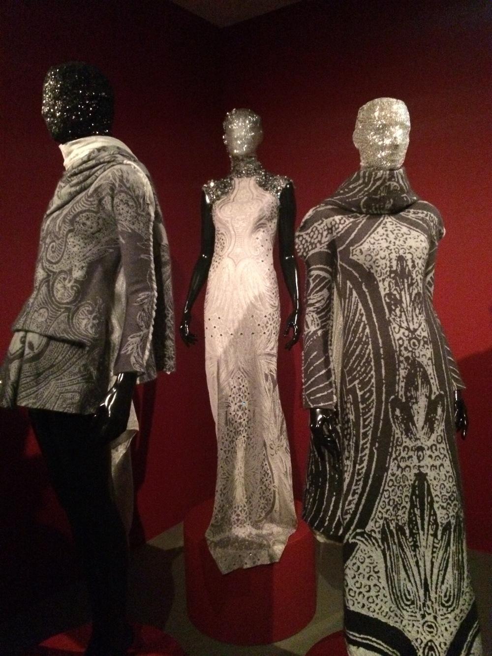 Eerst vraag je je af wat deze jurken in de tentoonstelling doen....