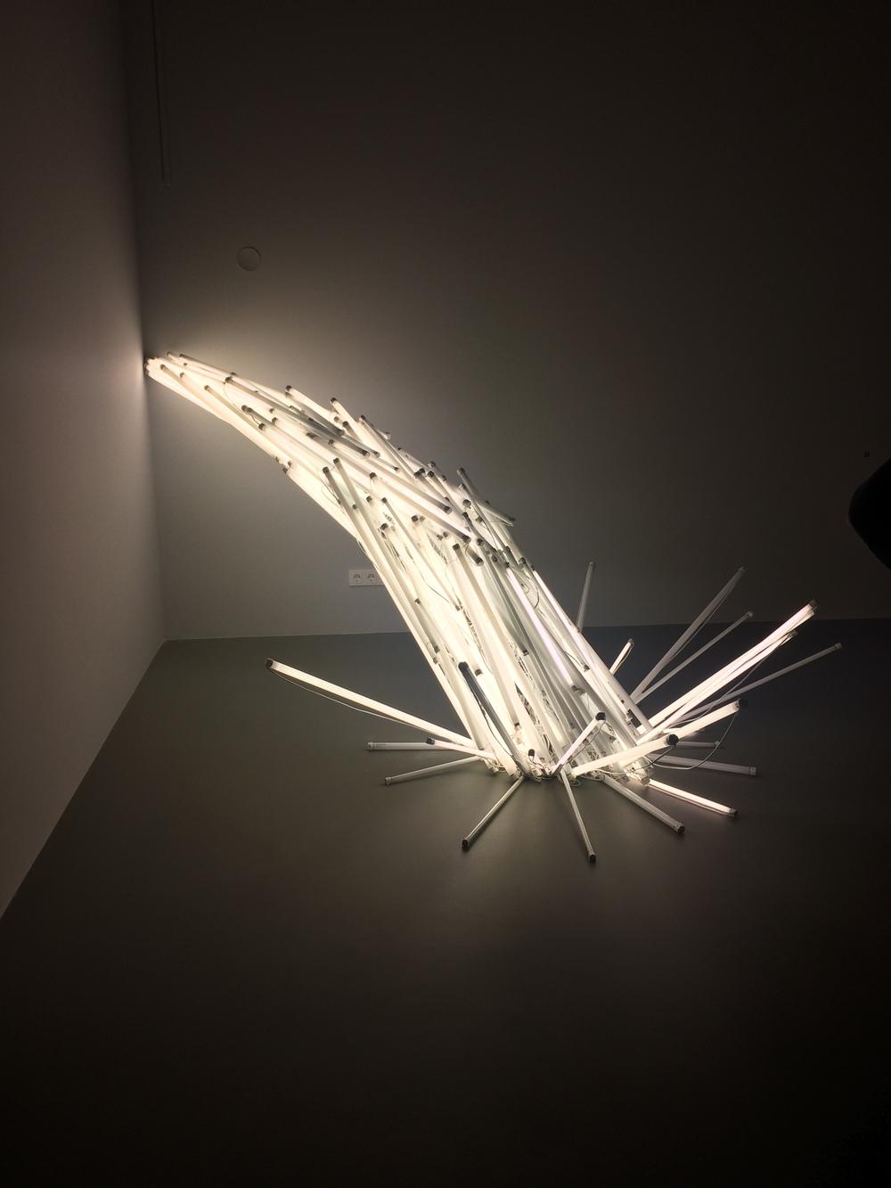 Een waterval van licht van Oscar Santillan