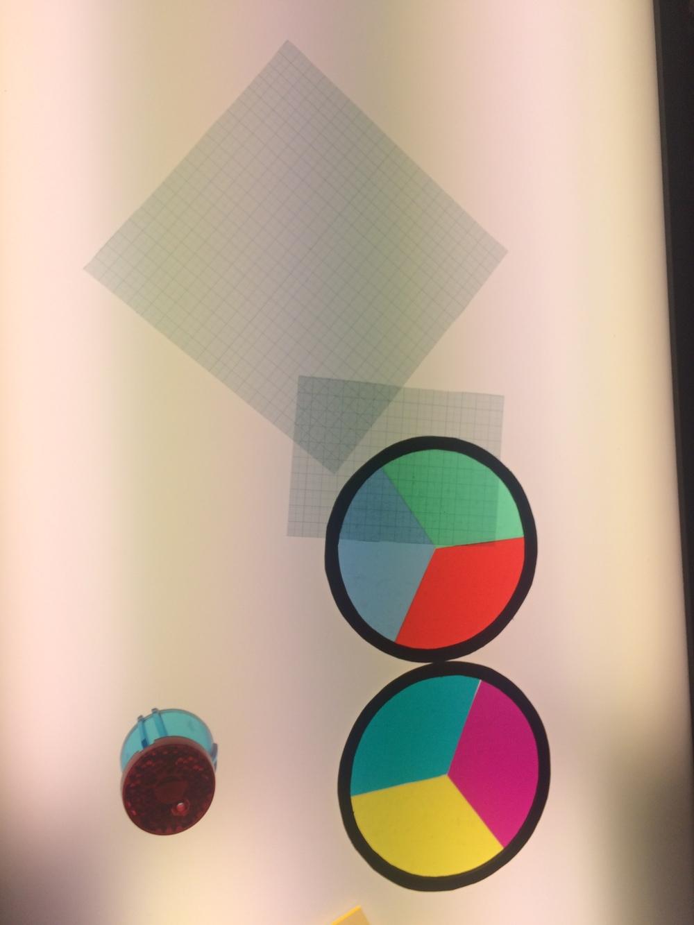 In de Werkplaats kun je spelen met kleuren en met licht op de muur tekenen.