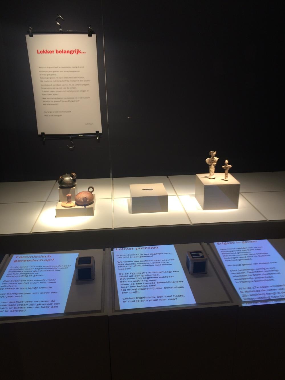 In het Digital Museum Lab wordt geëxperimenteerd met digitale toepassingen. Hier zie je drie objecten waarover je meer informatie kunt krijgen door de houten kubus neer te leggen.