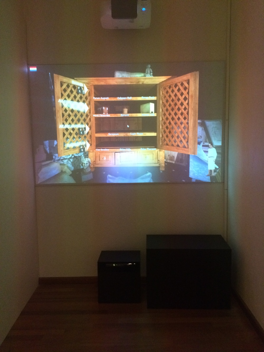 Deze installatie werkt met kinect. Je kunt voorwerpen uit de kast pakken en bekijken door je handen uit te steken.