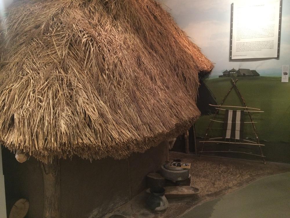 Prehistorische hut waar je ook in kan.