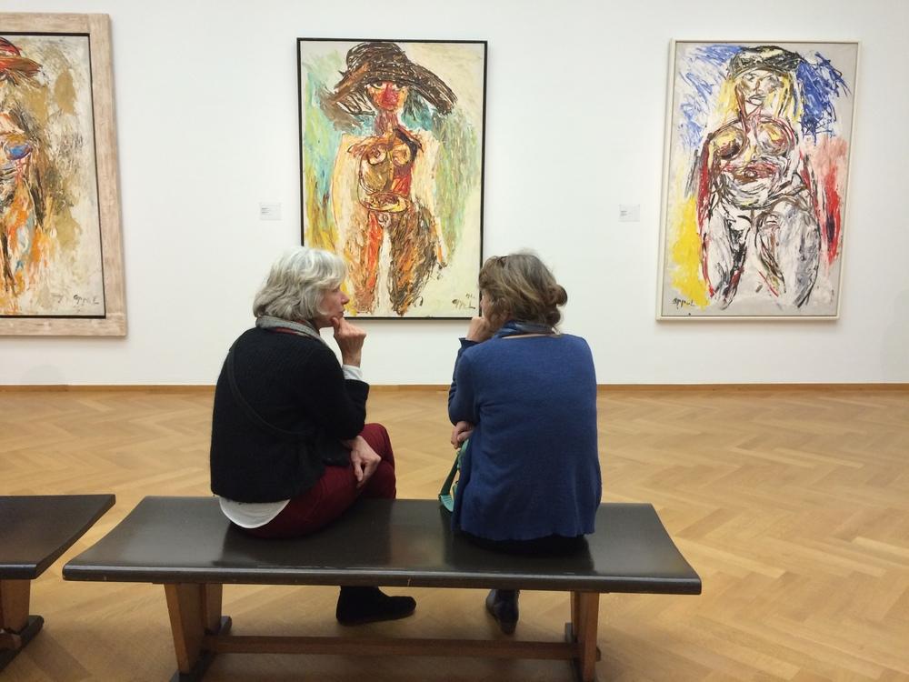 bezoekers kijken kunst - de museumpodcast