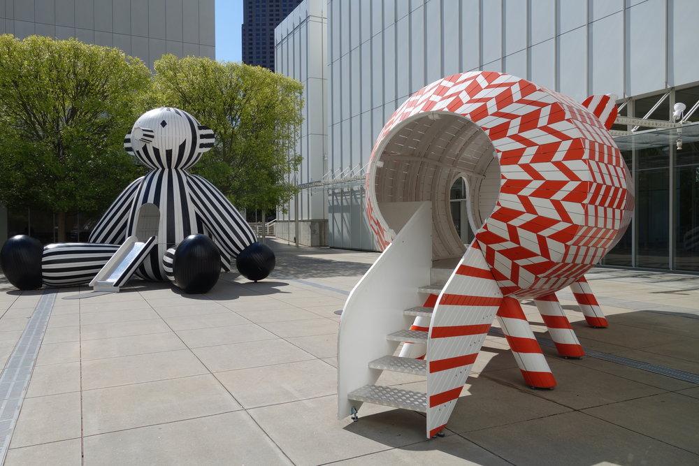 Kunst en speeltuin tegelijk op het plein voor het museum