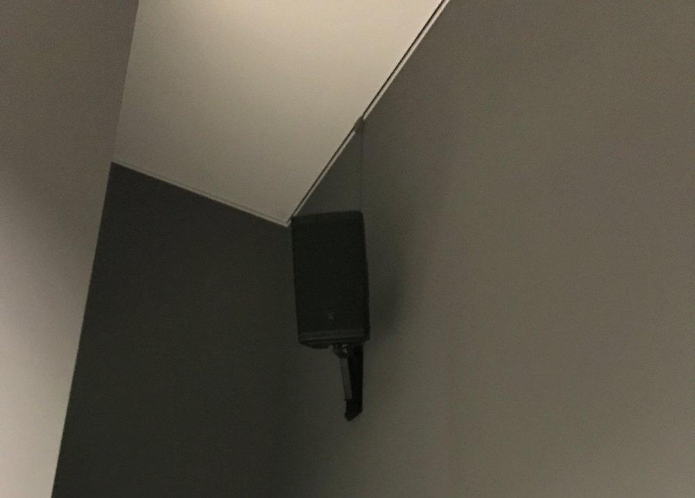 Overal hangen boxen voor de soundscape