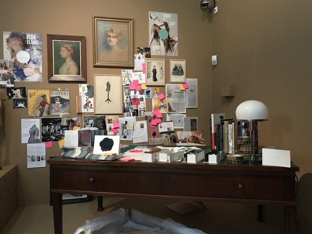 Impressie van het bureau van een conservator, met spullen van vroeger en nu