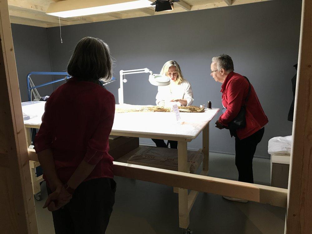 Restaurator aan het werk in de tentoonstelling