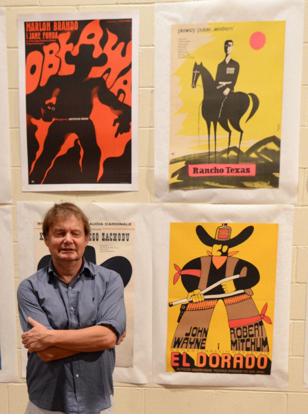 Michal Poniz z plakatami.jpg
