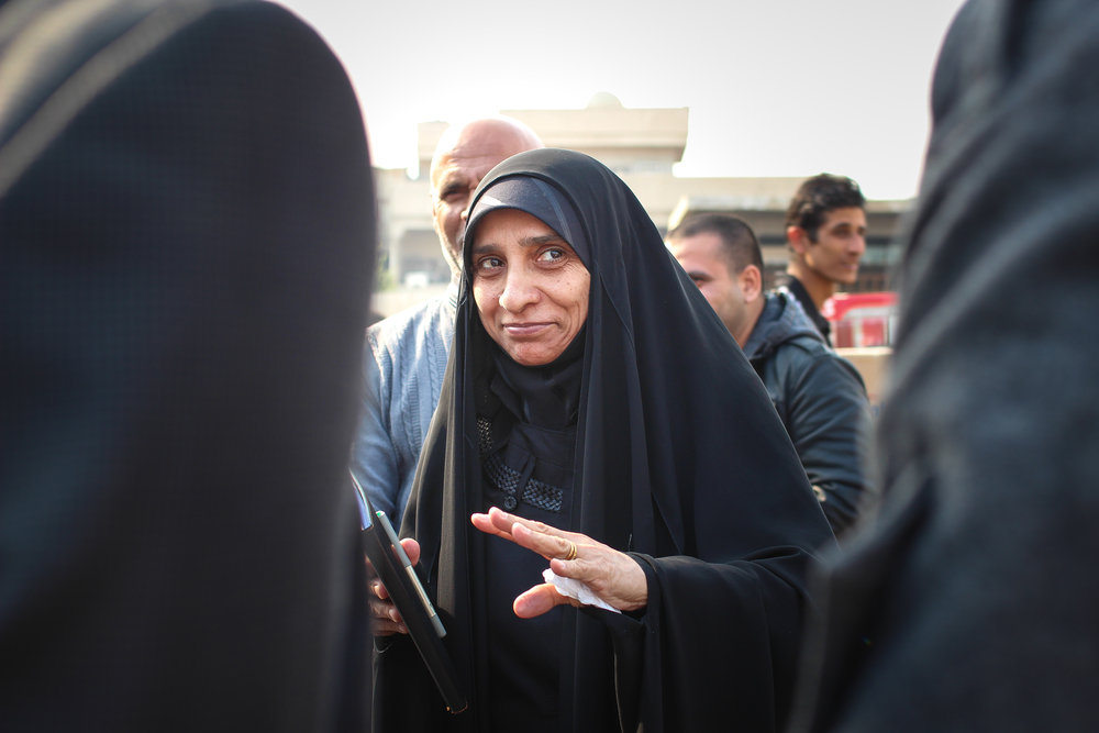 A councilwoman attends a distribution for IDPS outside of Baghdad / For the Iraq mission of the International Organization for Migration