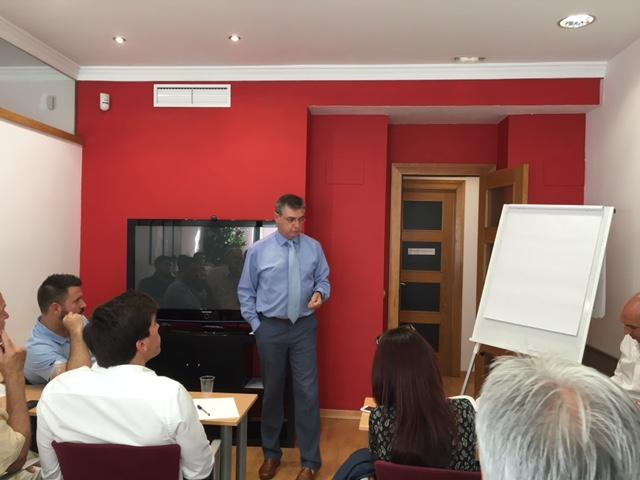 Juan Camarero impartiendo un curso a nuevos agentes