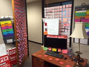 Cientos de Notas Rojas KW en la Oficina de Jesse Dill.