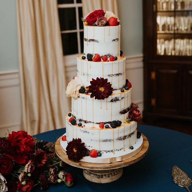Cake for dinner 📸: @billiejoandjeremy #abcdcakes #abcdcakemake #charleston #charlestonbride #charlestonwedding #charlestonstyle #weddingcake #chseats #holycityeats #bestdayever #nakedcake #fallwedding #buttercream #freshfruit #girboss #cakefordays #letthemeatcake