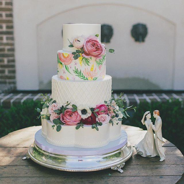 Happy Spring! #abcdcakes #abcdcakemake #charleston #charlestonbride #charlestonwedding #chseats #holycityeats #charlestonbakery #charlestoncake #charlestonbaker #thomasbennetthouse #bestdayever #weddingcake #weddingday #handpainted #buttercream #springwedding #imsomartha #girlboss #letthemeatcake