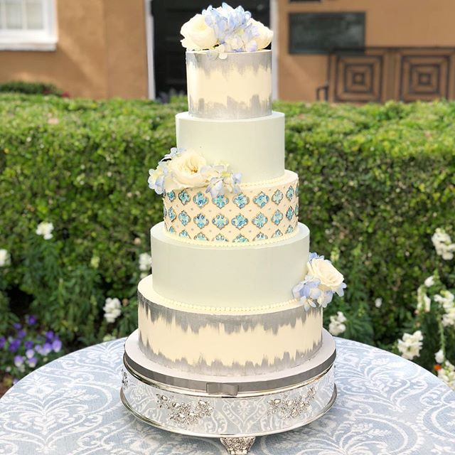 Your cake is a great way to incorporate some bold details into your big day! The pretty hand painted pattern matched the china! #abcdcakes #abcdcakemake #charleston #charlestonwedding #charlestonbride #charlestoncake #chatlestonbakery #weddingcake #chseats #holycityeats #bestdayever #thomasbennetthouse #bigcake #charlestongroom #girlboss #handpainted #customweddingcake #buttercream #letthemeatcake