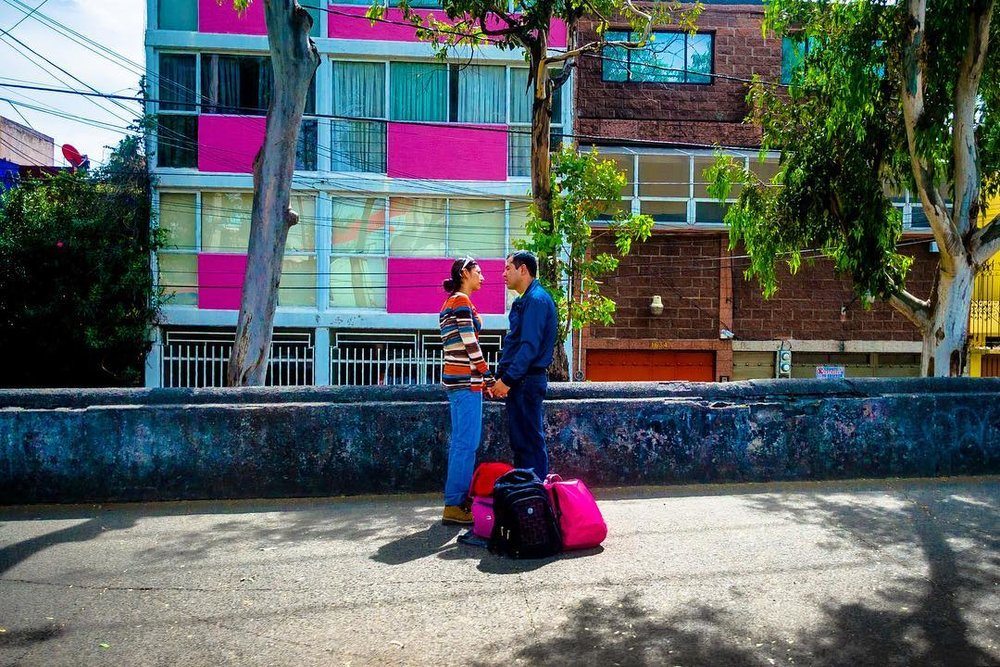 A talk #cdmx #photography #streetphotography #mexico #mexicourbano #mexicocity #pareja #couple