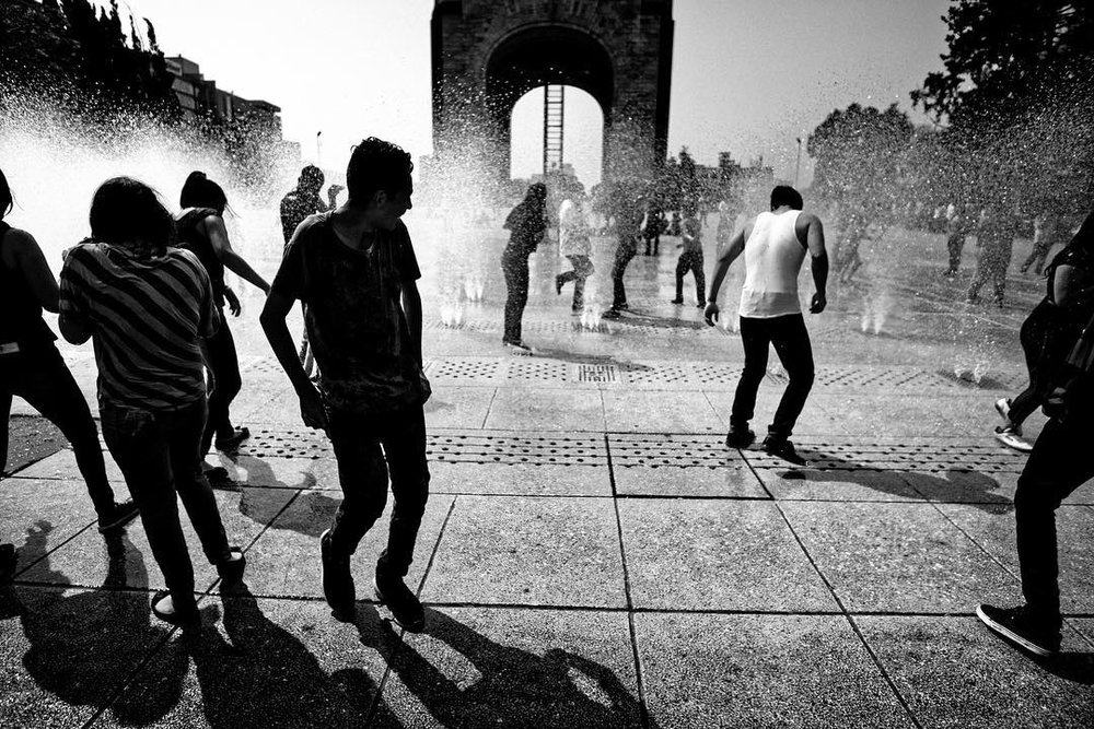 Cool off... #streetphotography #cdmx #bynmexico #samyang #sonya6000 #paisajecdmx #water #mexico #fotourbana #peopleinframe