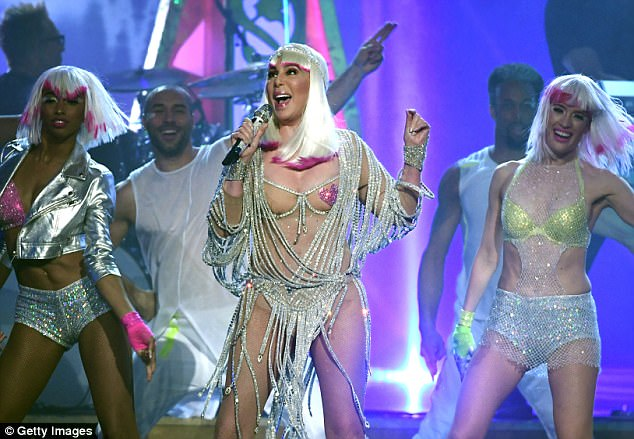 40A477B400000578-4523360-On_top_Cher_performed_Believe_at_the_2017_Billboard_Music_Awards-a-34_1495420842017.jpg