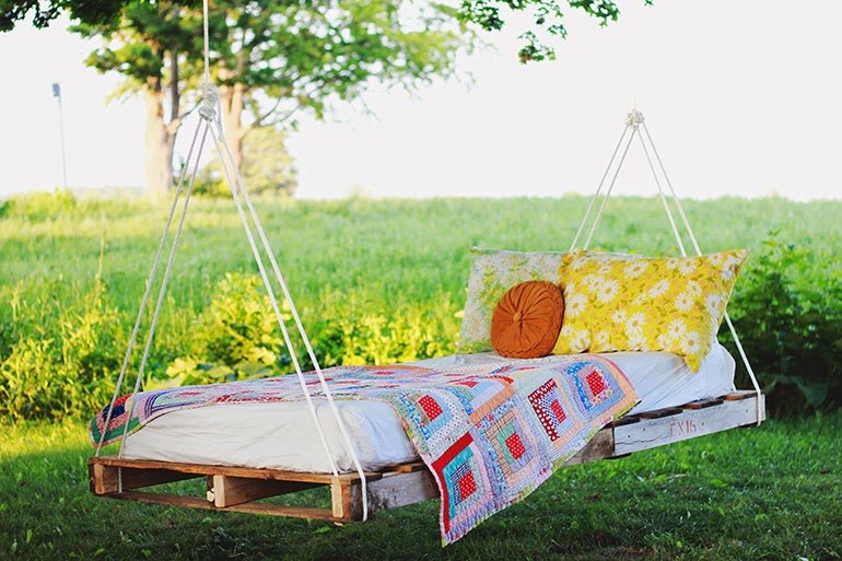 DIY-Pallet-Swing-Bed-The-Merrythought-.jpg