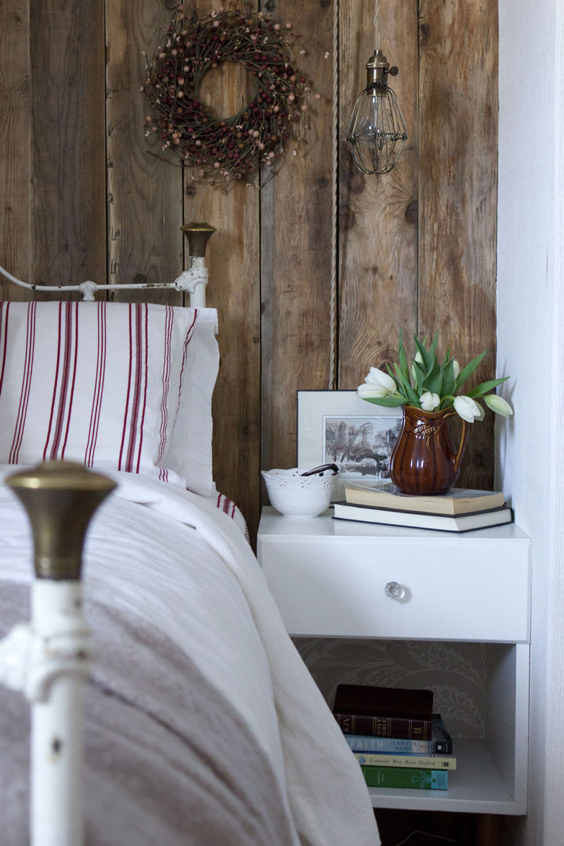 Bedside table with hanging lamp and wooden bracket - click for DIY