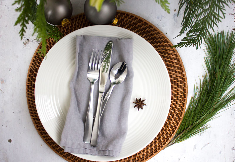 silver-Christmas-table-setting.jpg