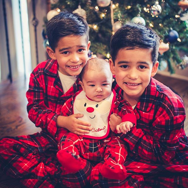 """Sibling love, Book now cute family session. """"There's no other love like the love for a brother. There's no other love like the love from a brother."""" — Terri Guillemets #izaacguzmanfotography #photooftheday #booknow #capturingmoments #pilsenchicago #pilsen #chicago #family #familyphotography"""