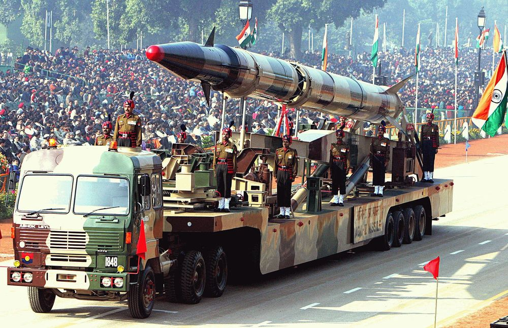 An Indian Agni-II intermediate range ballistic missile on a road-mobile launcher, displayed at the Republic Day Parade on New Delhi's Rajpath, January 26, 2004.   SOURCE: Antônio Milena (ABr)  -   http://img.radiobras.gov.br/Aberto/index.php/Imagens.Principal.120.0.2004-01-31  Original file name: 14872.jpeg